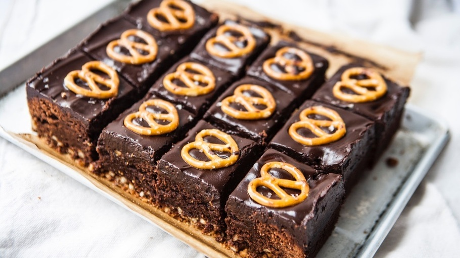 salted-caramel-pretzel-brownies